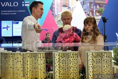 4266617 / Ярмарка недвижимости. Выставка `Ярмарка недвижимости - 2017`. Молодая семья с ребенком выбирает квартиру в ЖК `Green City`.