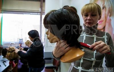 4267534 / Постижерная мастерская. Постижерная мастерская. Мастер изготавливает парик.