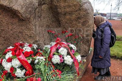4267714 / День памяти жертв репрессий. День памяти жертв политических репрессий. Возложение цветов к Соловецкому камню.