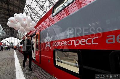 4269531 / Двухэтажный `Аэроэкспресс`. Запуск первого двухэтажного `Аэроэкспресса`. Киевский вокзал. Пассажир на платформе.