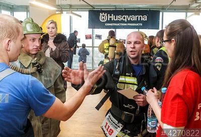 4270822 / Соревнования пожарных. Соревнования `Вертикальный вызов` по скоростному подъему на 39-й этаж небоскреба `Лидер-Тауэр`. Пожарный финиширует.