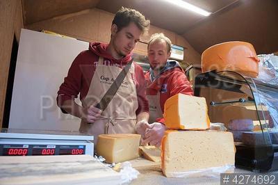 4274692 / Фестиваль сыра. Фестиваль сыра. Мужчина нарезает сыр.