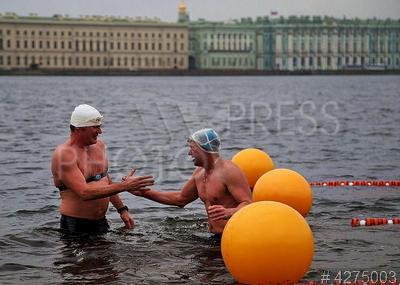 4275003 / Фестиваль зимнего плавания. 2-ой Городской фестиваль зимнего плавания `Ледостав`. Участники заплыва в открытой воде на Неве.