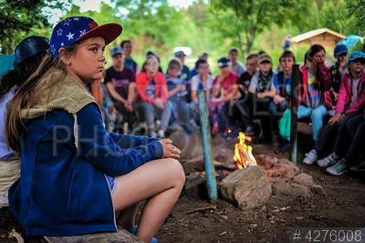 4276008 / Детский лагерь. Детский лагерь `Большое приключение` Дмитрия и Матвея Шпаро. Дети на собрании у костра.