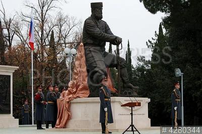4280344 / Памятник Александру III. Парк Ливадийского дворца. Открытие памятника императору Александру III (скульптор Андрей Ковальчук). Почетный караул.
