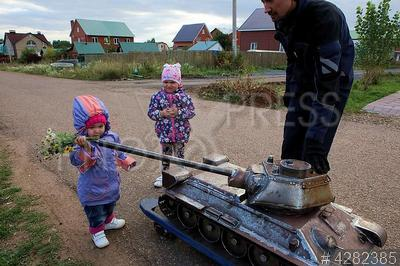 4282385 / Мангал-коптильня Т-34-85. Молодой предприниматель построил эксклюзивный мангал - коптильню в виде танка Т-34-85 в масштабе 1:5 и катает на нем родственников и соседей.