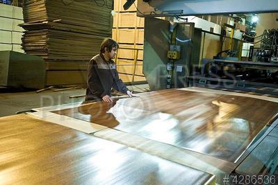 4286536 / Производство фанеры. Череповецкий фанерно-мебельный комбинат. Производство ламинированных древесно-стружечных плит (ЛДСП).