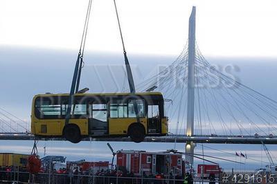 4291615 / Подъем автобуса из воды. Смотр сил и средств МЧС, призванных обеспечить безопасность горожан в зимний период. Подъем затонувшего автобуса.