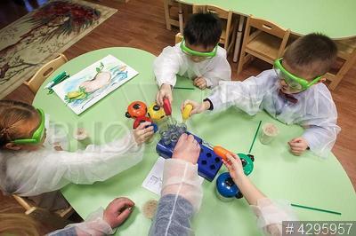 4295957 / Детский сад. Открытие дошкольного отделения экономического лицея №373 Московского района. Дети играют в развивающие игры.