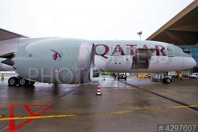 4297607 / Самолет Boeing 787 Dreamliner. Аэропорт `Пулково`. Первый рейс самолета катарской авиакомпании `Qatar Airways` в Санкт-Петербург. Самолет Boeing 787 Dreamliner.