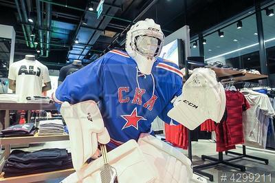 4299211 / Хоккейная экипировка. Открытие центра хоккейной экипировки в `Хоккейном городе`. Манекен в форме СКА.