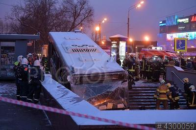 4300059 / ДТП с участием автобуса. ДТП с участием автобуса возле станции метро `Славянский бульвар`, в результате которого погибли люди. Сотрудники МЧС на месте происшествия.