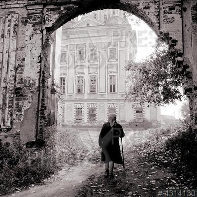4314130 / Троице-Сканов монастырь. Дорога к Храму`. Село Наровчат. Троице-Сканов монастырь (закрыт в 1920). Общежитие в монастырских постройках. Пожилая женщина идет по улице.