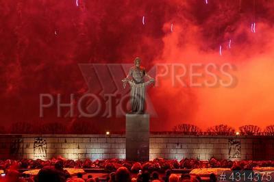 4314375 / Победный салют. Пискаревское мемориальное кладбище. Праздничный салют в честь 74-й годовщины полного освобождения Ленинграда от фашистской блокады.