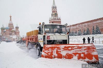 4318041 / Уборка снега. Снегопад в Москве. Красная площадь. Механизированная уборка снега.