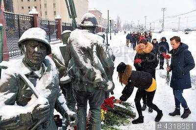 4318881 / В память погибшего летчика. Люди несут цветы к зданию министерства обороны РФ, чтобы почтить память погибшего в Сирии летчика Су-25 Романа Филипова.