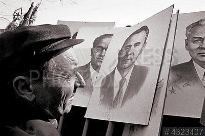 4323407 / Первомайская демонстрация. Праздничная демонстрация, посвященная празднику 1 мая. Демонстранты с транспарантами с портретами членов Политбюро ЦК КПСС.