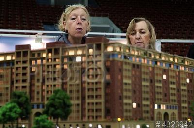 4323942 / Выставка недвижимости. Выставка недвижимости `Жилищный проект`. Посетители у макета жилого комплекса `Приморский`.