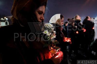 4324451 / Траур по погибшим в авиакатастрофе. Акция у храма Христа Спасителя в память о погибших при крушении пассажирского самолета Ан-148 `Саратовских авиалиний`.