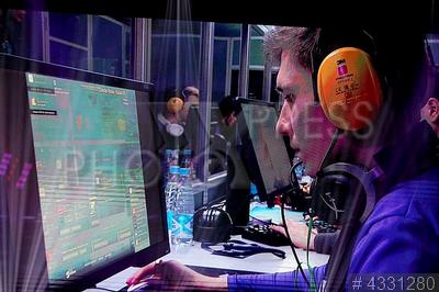 4331280 / Геймеры. Первый Санкт-Петербургский фестиваль киберспорта `Защитник`. Геймеры играют в компьютерную игру.