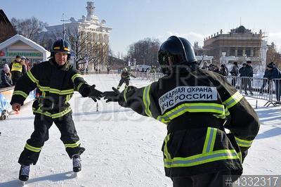 4332317 / Катание на коньках. ВДНХ. 7-й Всероссийский пожарно-спасательный флешмоб. Сотрудники МЧС катаются на коньках.