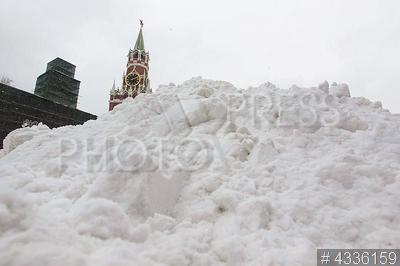 4336159 / Снежный сугроб. Последствия мартовского снегопада. Сугроб на Красной площади.