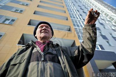 4337340 / Переезд по программе реновации. Пенсионер Алексей Быстрицкий с ключами от своей квартиры в новом доме.