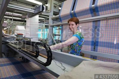 4337556 / Яковлевская льняная мануфактура. Яковлевская льняная мануфактура. Работницы в производственном цеху.