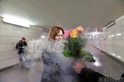 4339097 / Акция `Заморозим цветы, растопим сердца`. Акция `Заморозим цветы, растопим сердца`, посвященная 8 марта. Пассажиркам метро дарят `ледяные` розы.