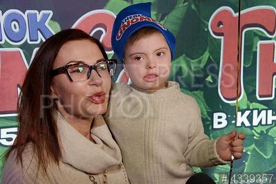 4339357 / Эвелина Бледанс. Премьера анимационного фильма `Шерлок Гномс`. Актриса Эвелина Бледанс и ее сын Семен.