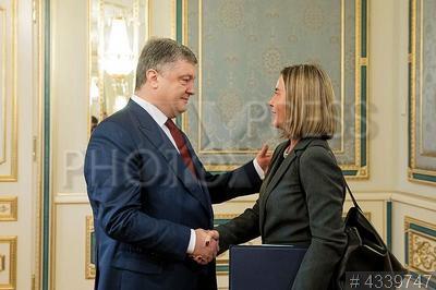 4339747 / Порошенко и Могерини. Президент Украины Петр Порошенко и Верховный представитель ЕС по иностранным делам Федерика Могерини на встрече.