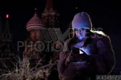 4348673 / Акция `Час земли`. Красная площадь. Экологическая акция `Час земли`. Девушка с мобильным телефоном.