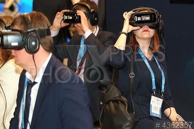 4362357 / 3D-очки. Первый Петербургский цифровой форум. Участники форума смотрят в 3D-очки.