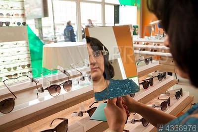 4368976 / Мегаоптика `Счастливый взгляд`. Открытие мегаоптики `Счастливый взгляд`. Покупатели выбирают очки.