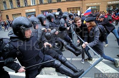 4373962 / Акция сторонников Навального. Несанкционированная акция протеста сторонников Алексея Навального `Он нам не царь`. ОМОН штурмует участников акции.
