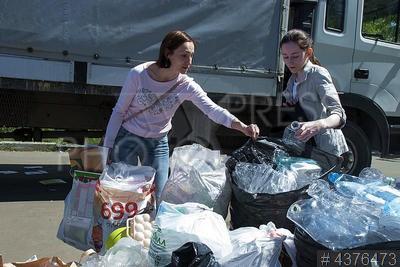 4376473 / Экологическая акция. Акция по пропаганде раздельного сбора мусора. Женщины разбирают мусор.