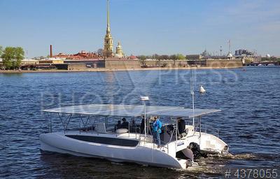 4378055 / Судно на солнечных батареях. Презентация первого российского катамарана, работающего на солнечных батареях, который примет участие в экспедиции `Эковолна`.