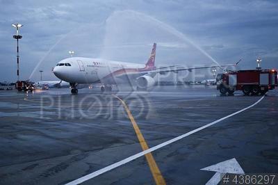 4386297 / Самолет Airbus A330-300. Аэропорт `Внуково`. Первый рейс самолета китайской авиакомпании Hong Kong Airlines (Гонконгские авиалинии) Москва - Гонконг. Самолет Airbus A330-300.