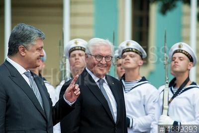 4389393 / Порошенко и Штайнмайер. Официальный визит президента Германии в Украину. Президент Украины Петр Порошенко (слева) и Федеральный президент Германии Франк-Вальтер Штайнмайер на церемонии встречи.