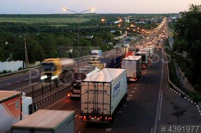 4391977 / Автомобильная пробка. Федеральная автомобильная дорога М4 `Дон`. Дорожные работы на участке дороги в Каменском районе. Ежесуточные многокилометровые заторы транспорта, который движется с севера на юг страны. В пробках автотранспорт проводит несколько часов.