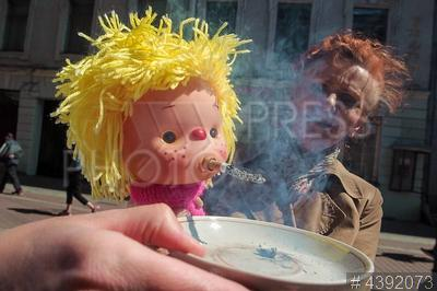 4392073 / Кукла курильщика. Всемирный день без табака. Демонстрация куклы курильщика.