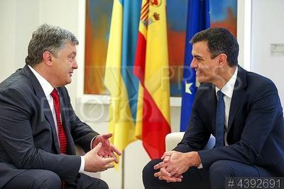 4392691 / Порошенко и Санчес. Официальный визит президента Украины в Испанию. Президент Украины Петр Порошенко (слева) и премьер-министр Испании Педро Санчес.