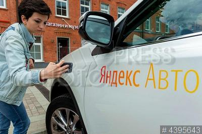 4395643 / Демо-мобиль Яндекса. Проект `Яндекс.Авто. Концепт будущего`. Демо-мобиль Яндекса Toyota RAV4.
