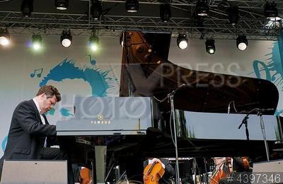 4397346 / Денис Мацуев. 4-й Международный фестиваль искусств П.И. Чайковского. Гала-концерт - открытие фестиваля `Обнимитесь, миллионы!`. Пианист Денис Мацуев.