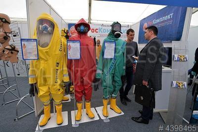 4398465 / Экипировка спасателей. 11-ый Международный салон комплексной безопасности. Костюмы химической и газовой защиты.