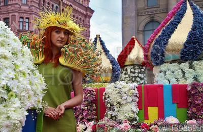 4398595 / Парад цветов. Участники шествия `Парада цветов` по Невскому проспекту.