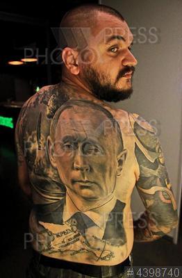 4398740 / Фестиваль татуировки. Международный фестиваль татуировки. Участник фестиваля с татуировкой портрета президента РФ Владимира Путина на спине.