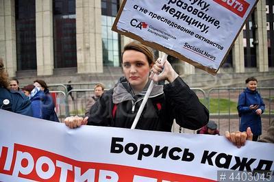 4403045 / Митинг оппозиции. Санкционированный митинг оппозиции `За свободную Россию без репрессий и произвола`. Участница акции с плакатом.