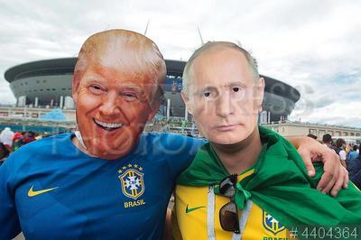 4404364 / Футбольные болельщики. Чемпионат мира по футболу FIFA 2018. Матч Бразилия - Коста-Рика. Болельщики из Бразилии в масках Трампа и Путина перед матчем.