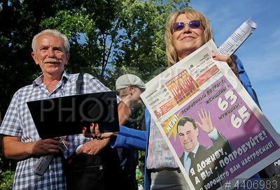 4406983 / Митинг против пенсионной реформы. Несогласованный митинг против повышения пенсионного возраста. Участники митинга с газетой `Питерская правда`.